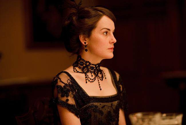 メアリーのディナー時の正装です。ドレス、アクセサリー、髪飾りに至るまで黒一色なのにはある理由がありますが、たとえ黒でもこれだけのものをお持ちとはさすが貴族